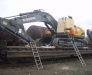 Umladung von übergroßen Kargo (Bagger, Baumaschinen, große Metall-Konstruktionen) aus der Schiff auf Waggons