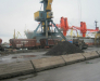 Umladen von Gütern vom Schiff auf die Eisenbahnwaggons im Hafen von Poti.