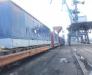 Umschlag von Gütern aus Seecontainern auf Eisenbahnwaggons