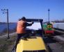 Transport de l'excavateur sur le chemin de fer.