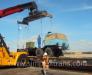 Chargement des véhicules, camions, tracteurs, citernes sur des plateformes