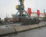 Le transbordement de la marchandise du navire dans les wagons ferroviaires dans le port Poti
