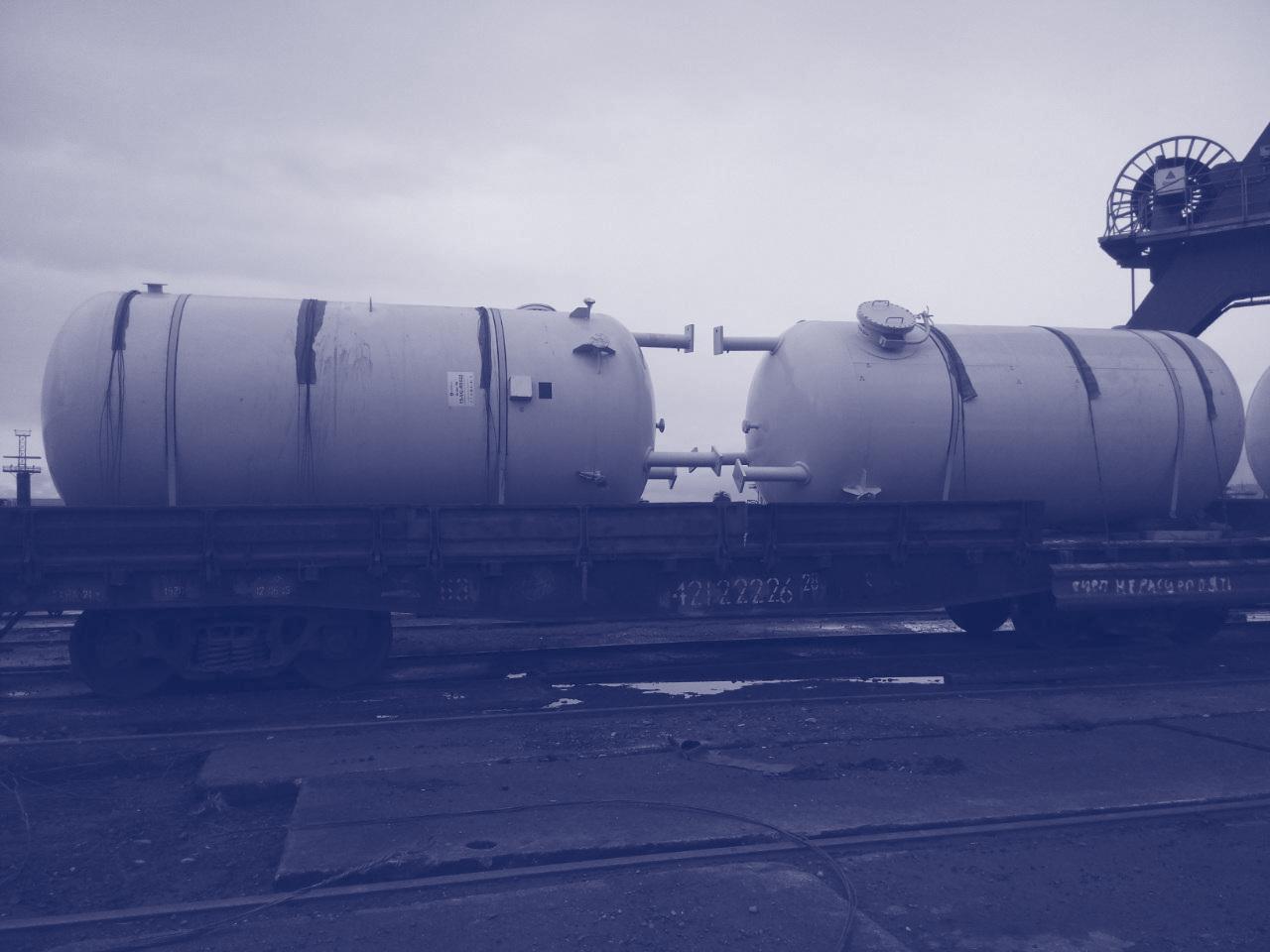 Le transport de l'équipement pétrolier et d'extraction de gaz naturel, des compresseurs de gaz naturel, des réservoirs de stockage de gaz liquéfié.