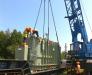 Die Umladung von schweren Gütern nach den Bahnhof Mukacevo, Ukraine.