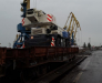 Transbordement du navire sur les wagons ferroviaires des engins de chantier pour les routes dans les ports de Poti et Batumi, Géorgie