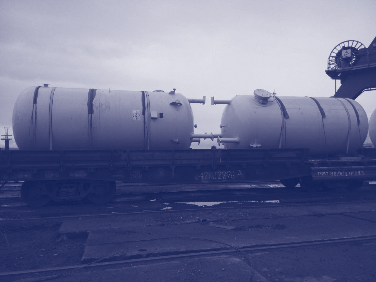 Carriage of oil and natural gas extraction equipment, natural gas compressors, liquid gas storage tanks.